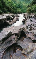 La interacción del agua con las distintas geoformas características del país, narra la historia geológica de la cuenca del Magdalena, una historia que no ha terminado de escribirse. Estrecho del Magdalena.