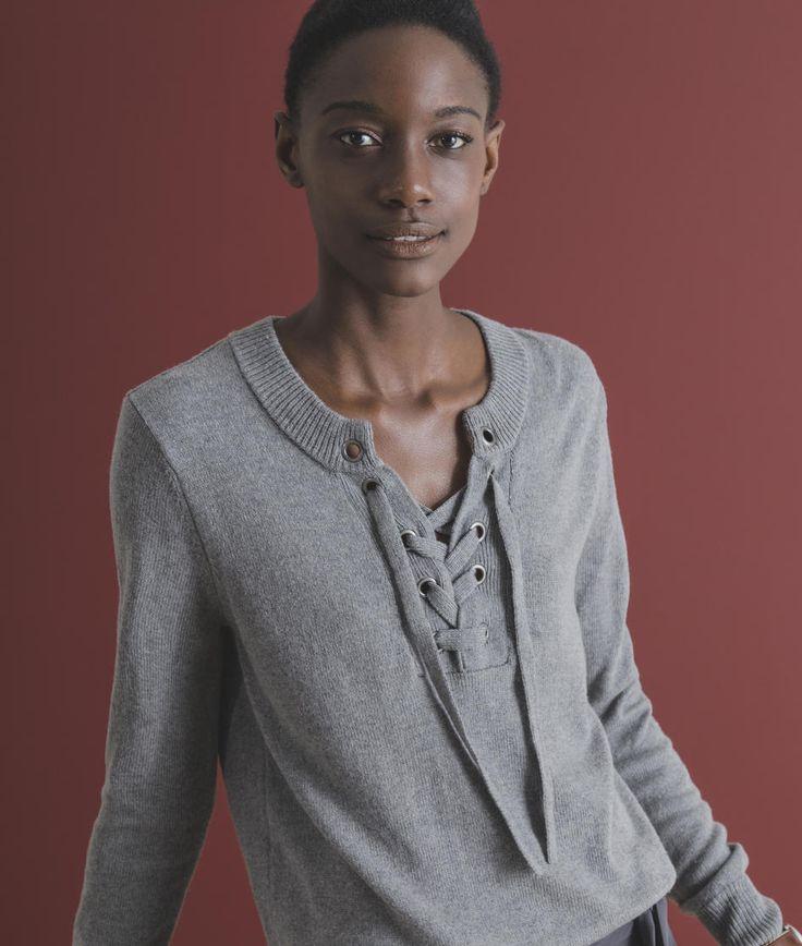Suéter de lã diferenciado com amarração transpassada no decote, feita através de grandes ilhoses. Possui ainda manga longa, gola arredondada com abertura para amarração e intarsia de âncora nas costas. Esta é uma peça conceitual e de grande personalidade, que contém em si o DNA da Richards.