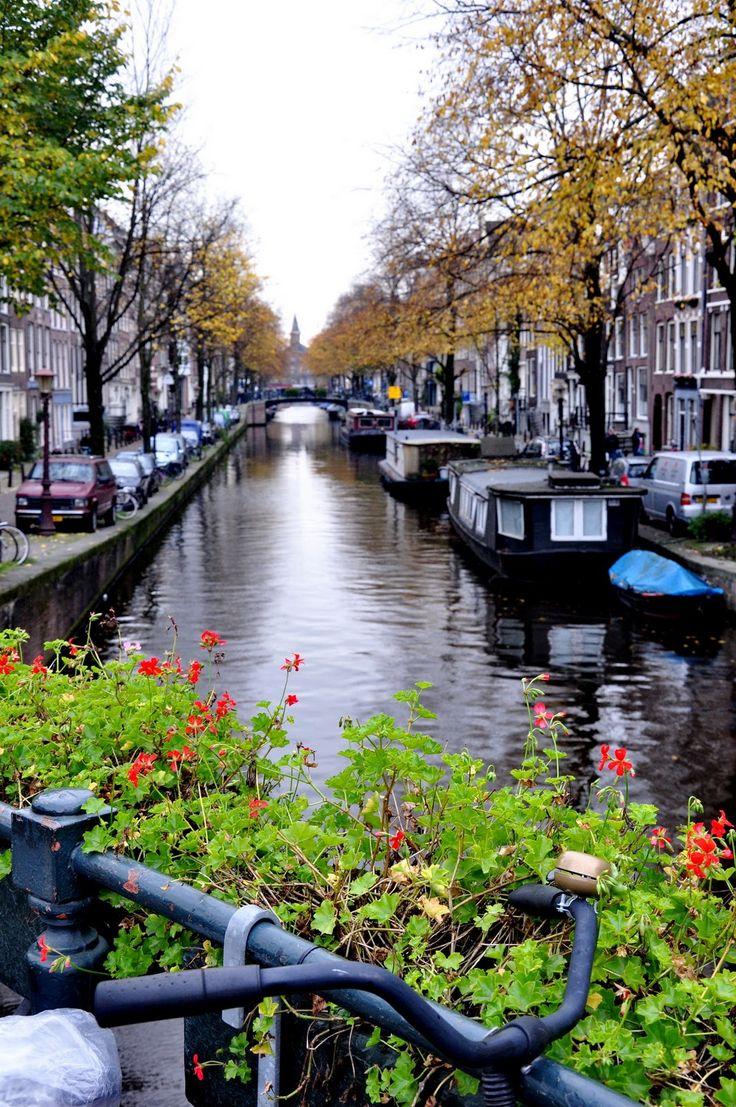 Canais e casas flutuantes em Amsterdã, Holanda