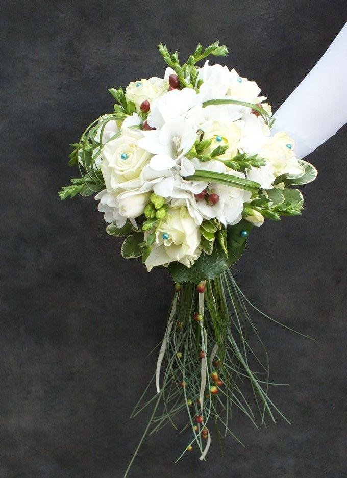 Bouquet de mariée blanc et sa poignée chute