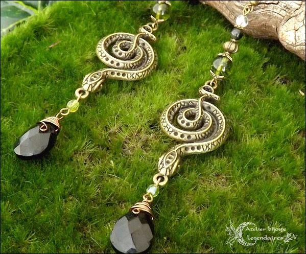 Longues boucles d'oreilles en Péridot, Obsidienne oeil céleste, Cristal de roche, briolettes, grands serpents *Murmure éternel* : Boucles d'oreille par atelier-bijoux-legendaires