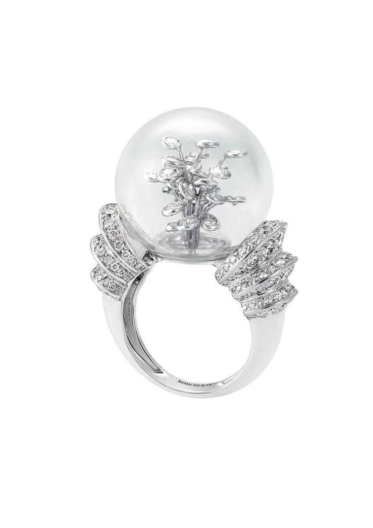 Boucheron Hotel de la Lumière Perles d'Eclat ring in white gold, set with a rock crystal bubble and white diamonds.