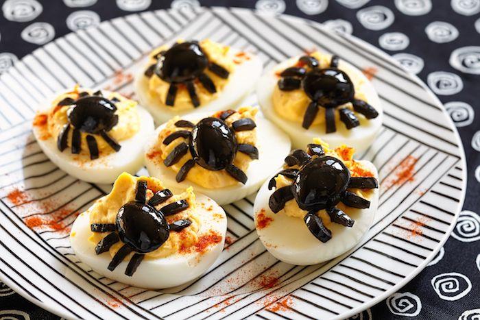 Halloween ägg dekorerade med oliver