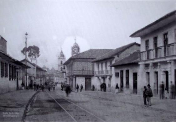 1895, Calle Real. Atrás, Iglesia de San Francisco - Bogotá, Colombia