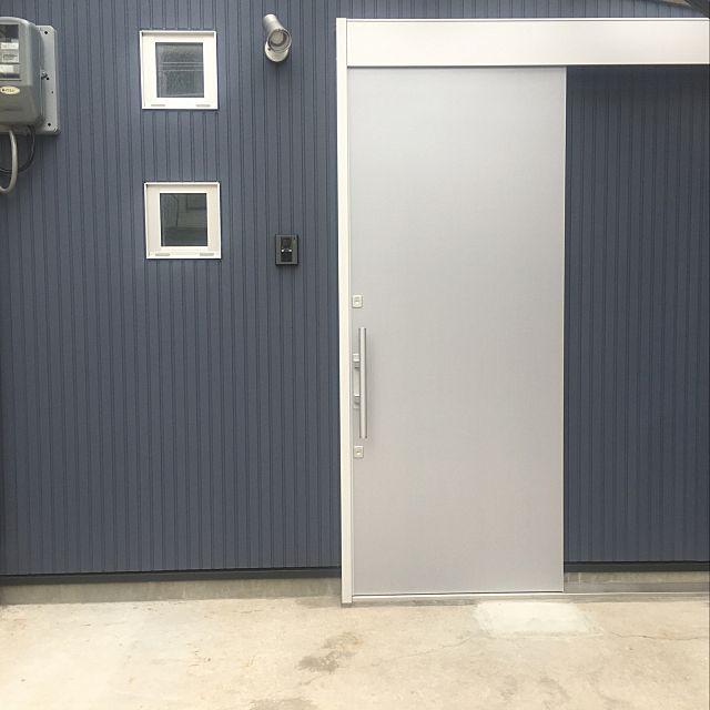 細長い家 シンプル 玄関ドア 引戸玄関 シルバーのドア などのインテリア実例 2019 06 19 19 02 15 Roomclip ルームクリップ 玄関ドア 引き戸 玄関 引き戸 玄関ドア