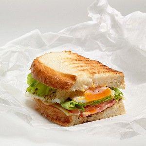 Сэндвич с яичницей, беконом и сыром рецепт – сэндвичи. «Афиша-Еда»