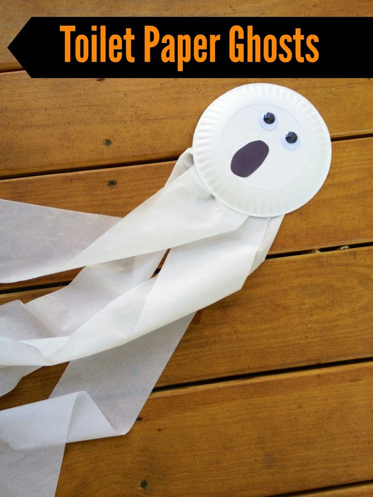 Halloween Kids' Craft: Toilet Paper Ghost #kidshalloweenprojects #kidshalloweenactivities Super Bastelidee für für meine Kleinen
