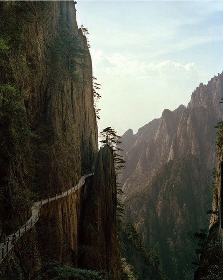 """El Puente de los Inmortales se encuentra en Huangshan o """"Montaña Amarilla.En estos estrechos senderos también hay una cadena que marca el contorno de la montaña para que los alpinistas se tomen de ésta y no caigan."""