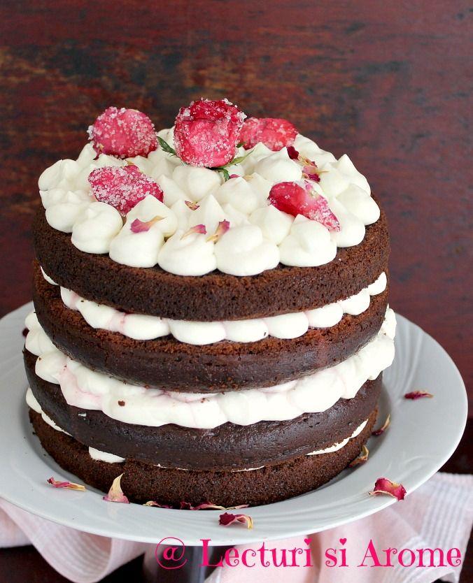 Tort cu blat umed, crema de mascarpone cu ciocolata alba, decor din trandafiri cristalizati