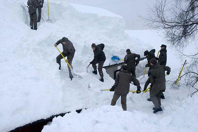 Fotostrecken - Wetter Bilder und Fotos - WetterOnline Hier in Fuernitz in Kärnten schaufeln Soldaten die Schneemassen vom Dach. Bildquelle: dpa