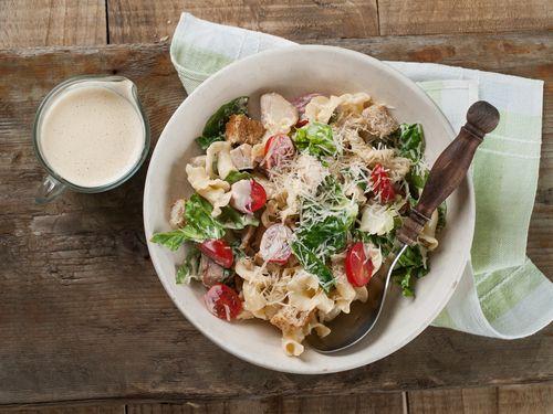 Ensalada César con pasta, ¡perfecta para llevar a la playa!  #ensaladaCésar #ensaladaCésarconpasta #ensaladaconpasta #ensaladas #recetasdeensalada #platosdeensalada #recetasveraniegas