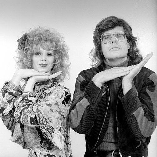 Avro's Toppop (looptijd 1970-1988) is het eerste popprogramma dat wekelijks op de Nederlandse tv wordt uitgezonden. In de show playbacken artiesten uit binnen- en buitenland hun allergrootste hits. Wanneer ze niet beschikbaar zijn voor een optreden worden de hits voorzien van beelden van een dansende Penney met showballet.Maar Toppop is bovenal het duo op deze foto: Ad Visser en Penney de Jager. De een presentator, beroemd vanwege zijn uitzinnige pakken en fikse brillen