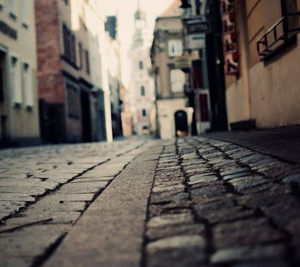 Tut ki sabahı yok bu gecenin... Sol yanım talan edilmiş ... Seni arıyorum seni bu kentin ıssız sokaklarında.