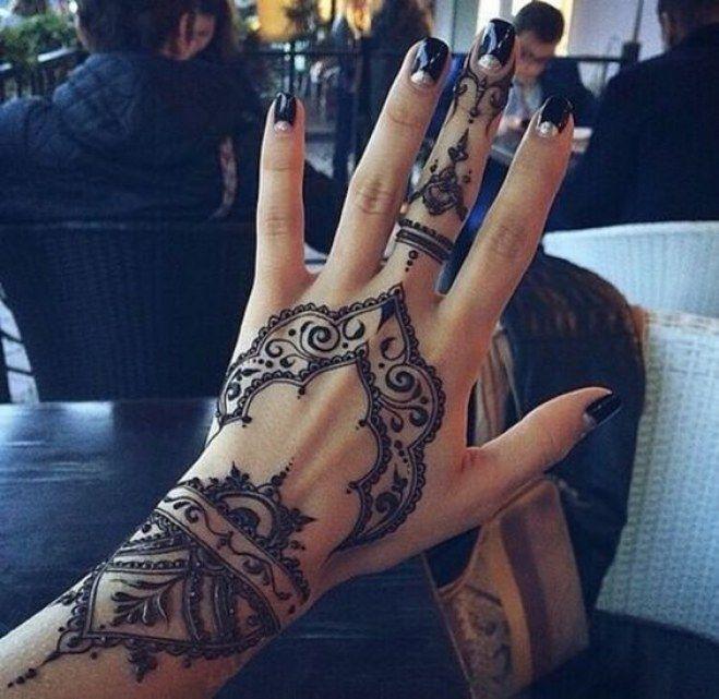 Tatouage de la main au henné
