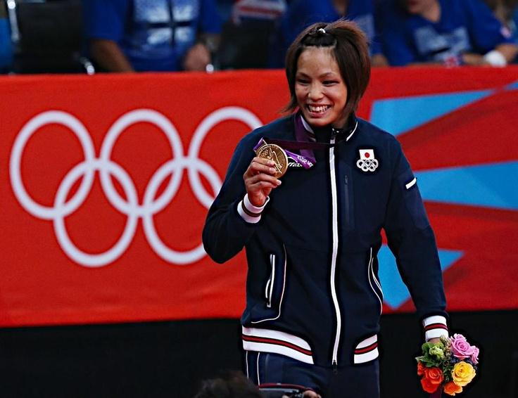 五輪・柔道 女子57キロ級で優勝し、金メダルを手に笑顔の松本薫