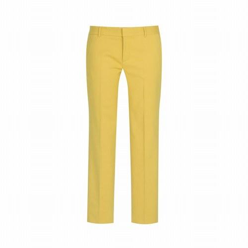 Tendenza colore giallo abiti e accessori gialli