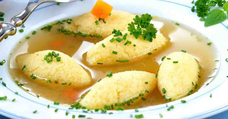 """Supa cu găluște de post se face simplu și rapid și este extrem de gustoasă. Normal că gustul și consistența găluștelor de post diferă de cele """"de dulce"""", dar asta nu le face mai puțin gustoase, dincontra! Ingrediente: 2 morcovi, 2 cepe, 1 păstârnac, 1 țelină Pentru găluște: 4 linguri de făină, 4 l"""