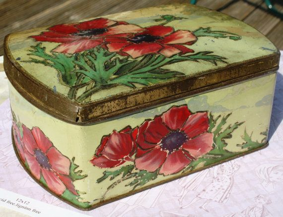 Very pretty vintage early 20th century  casket tin by Tinternet