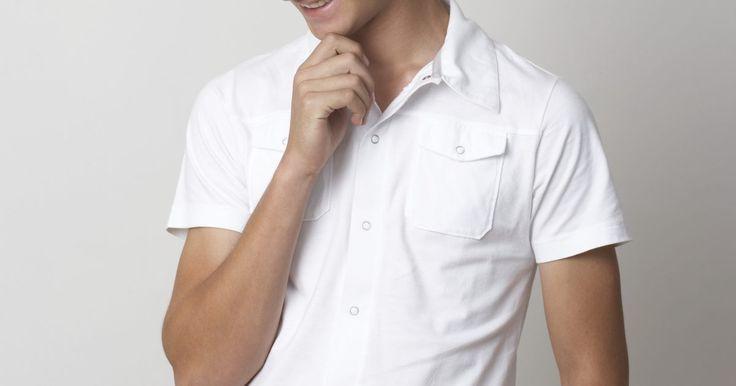 Como camisas de algodão são feitas. O projeto da camisa de algodão é transferido para um padrão. A partir do padrão, o tecido de algodão é cortado com tesoura. O resultado dos recortes em uma seção entubada (ou seções dianteira e traseiras, dependendo das especificações do designer), guarnição e mangas (alguns padrões incluem bolsos).