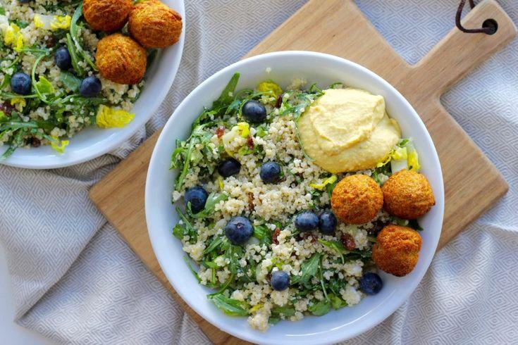 Quinoasalat med rucola, feta og falafel