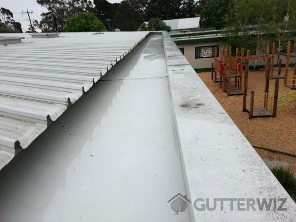 Our expert check your roof gutter then informs you of observable marks of potential leaks and problems.