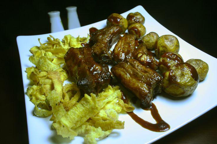 Exquisitas costillitas de cerdo con salsa Bbq, cintas de plátano y papa criolla