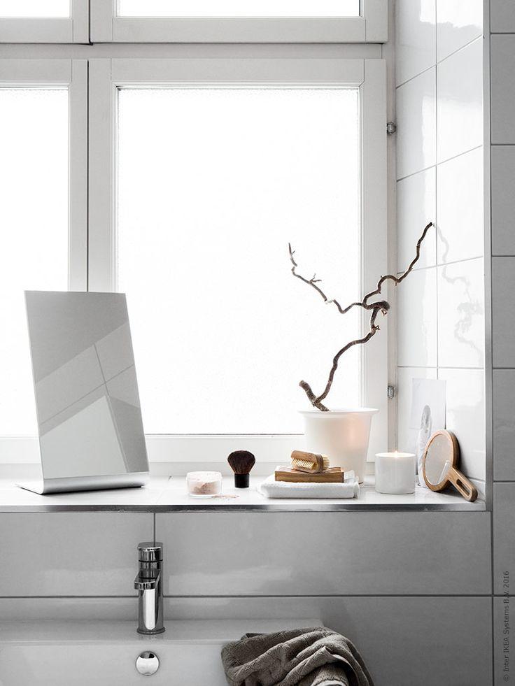 VINTER doftljus i kruka sprider en ljuvlig doft av gran, bärnsten och toner av frisk bergamott och ger badrummet en välkomnande och ombonad aura.