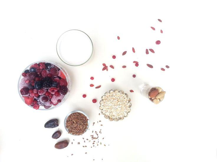 Deze zomerfruit smoothie met zelfgemaakte muesli is het perfecte begin van de dag! Lekker gezond & voedzaam. Bekijk het recept hier!