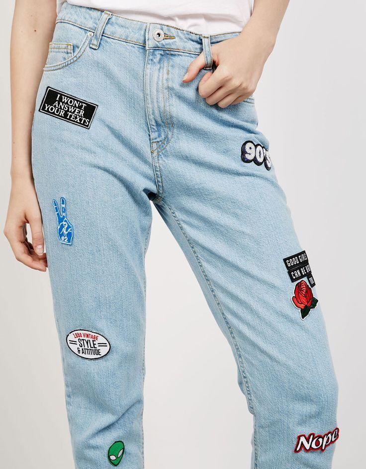 Mom Fit Jeans, bauchfrei mit Aufnähern - Jeans - Bershka Germany