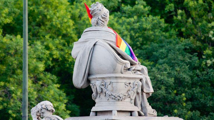 Cibeles con la bandera orgullo gay