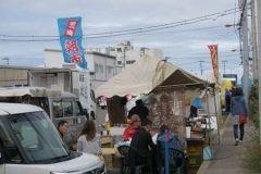 神奈川県三浦市にある三崎港付近で行われる三崎朝市を紹介します 毎週日曜日に開かれていてオープンの朝5時から大賑わいなんですよ 新鮮なマグロや海産物が格安で販売されていて価格も非常にリーズナブル 定期的にイベントも開催されているからホームページでチェックしてから行くといいですよ tags[神奈川県]