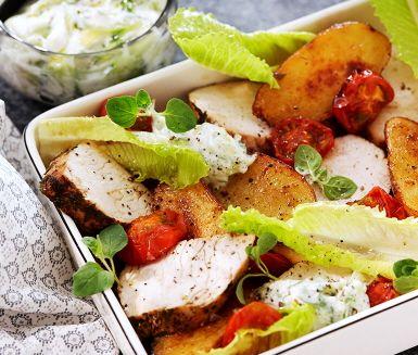 Njut av en ljuvlig kalkon med ugnsbakade grönsaker och svalkande tzatziki. Kalkonen bryns i stekpannan med färsk hackad oregano innan den gör de söta romantica tomaterna och potatisen sällskap i ugnen. För att få alla smaker på plats gör du en svalkande tzatziki att servera vid sidan av.