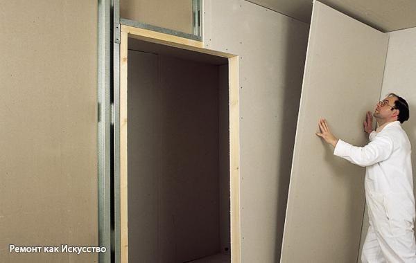 Как выровнять стену гипсокартоном?  Гипсокартонные листы (ГКЛ) – отличное решение для простого и недорого способа выравнивания стен. Работа с гипсокартоном не оставит столько следов, как штукатурка, пройдёт очень быстро, а готовая обшивка обеспечит не только ровные стены, но и более высокие показатели тепло- и звукоизоляции. Кроме того, гипсокартон «дышит», и в нём можно сделать необходимые отверстия без труда.  ГКЛ может крепиться бескаркасным методом, то есть непосредственно к стене…