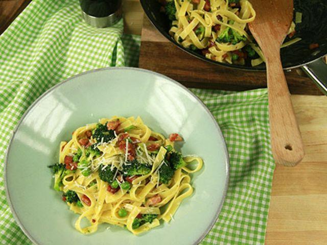Krämig pasta med sidfläsk och parmesan (kock Tommy Myllymäki)