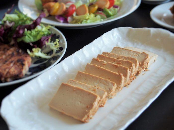 写真は「豆腐の味噌漬け」。こちらもチーズのように濃厚なおいしさ。味噌床に入れるお酒は、紹興酒や焼酎にかえてもおいしいそうです。一味や七味をかけるのもおすすめ!