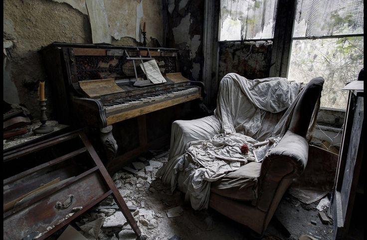 Forfaldne og forladte steder bærer en mystik og et væld af hemmeligheder, fordi hverdagslivet i dem er forstummet. Det giver plads til fantasien, historierne, drømmene.