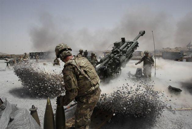 Afganistan, prowincja Kandahar. Żołnierze USA prowadzą ostrzał artyleryjski. Fot. BAZ RATNER/reuters/forum
