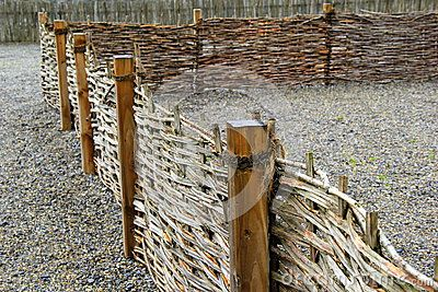 Lunghezza di recinzione rustica sulla terra fatta dei ciottoli