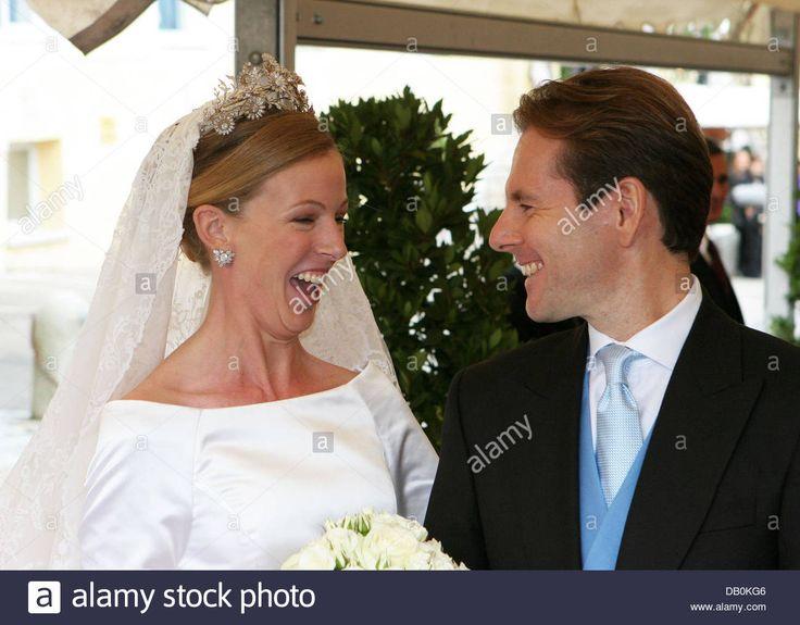 Advogado Klaus Runow e sua mulher recém-casada, duquesa Maria Anna, na Baviera, rir depois de seu casamento igreja em Tagernsee perto de Munique, Alemanha, 08 de setembro de 2007. O casal conheceu durante um evento de jantar em Londres, em 2003. Foto: Albert Nieboer ( ATTENION: PAÍSES BAIXOS OUT) Stock Photo