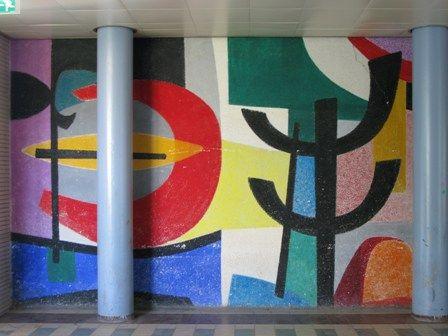 Willem Hussem Den Haag  Restauratie muurschildering Willem Hussem 1957.  Voormalig Zuiderpark HB, nu Zuid 57 Theater Dakota, uitvoering restauratie 2011     De schildering is aangebracht op een droge ondergrond. De gestuukte ondergrond heeft een grove structuur. De kunstenaar heeft vervolgens op de kale ondergrond grote kleurige vormen opgezet met een 'droge' kwast, dat wil zeggen dat hij met onverdunde verf heeft gewerkt. De onverdunde temperaverf is op sommige plekken luchtig over andere…
