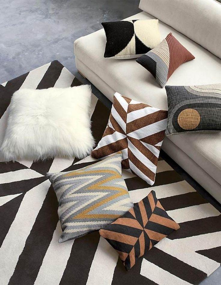 déco design, tapis graphique, canapé droit blanc neige et coussins décoratifs assortis