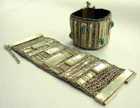 Pulseras de plata, bronce e hilo de seda, con diseños étnicos, tejidas en telar manual     Pectoral de bronce con cuarzo jardín (detalle...