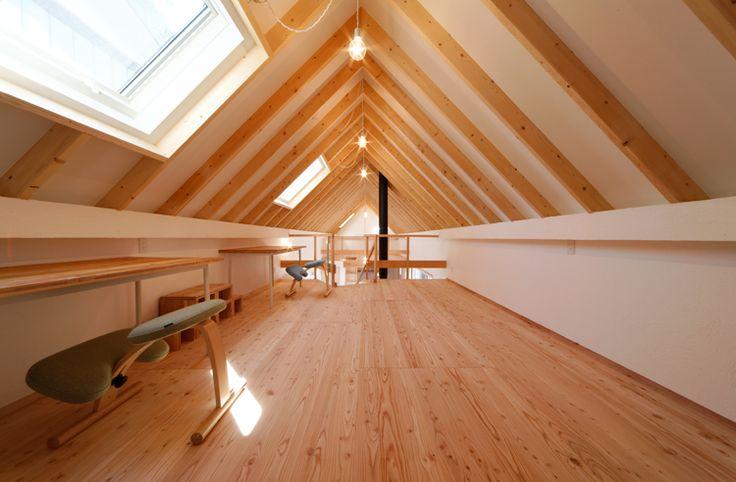 栃木県宇都宮市平出町に建つ、外壁が焼杉の家です。 巾が2間の垂木構造の屋根を持つ住宅です。
