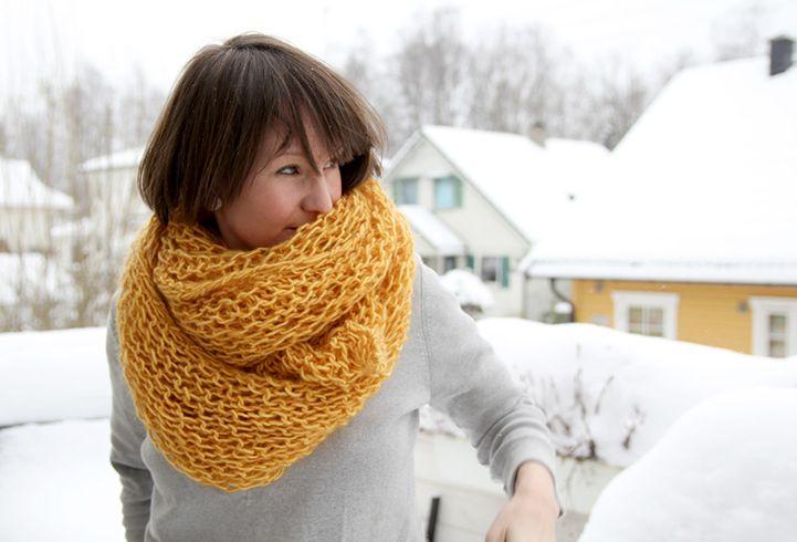 Oversize-sjal som strikkes på en kveld eller to. Tjukke pinner, verden letteste strikkeoppskrift, mjukt garn og store luftige masker = favorittsjal eller perfekt gave.