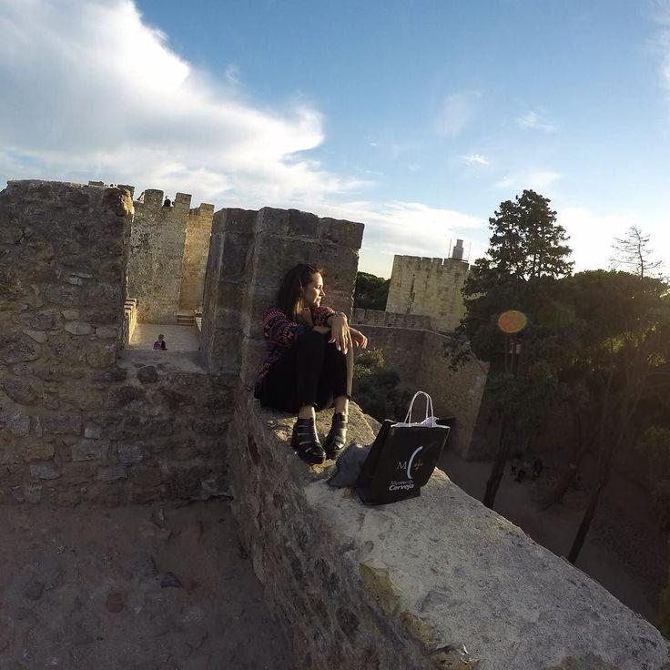 Lisboa  Portugal . O Castelo de São Jorge  localizado no bairro de Alfama  tem seu nome em homenagem ao santo padroeiro dos cavaleiros e das cruzadas e é hoje o monumento mais visitado de Portugal . O bilhete custa 850 euros  e abriga exposições  museu e eventos culturais  além de oferecer uma das vistas mais bonitas da cidade de Lisboa . Consulte o site para horários e dias de funcionamento .  #nomundocomrenata #wanderlust  #blogueirosdeviagem #blogueirosdeviagemnatal #melhoresdestinos…