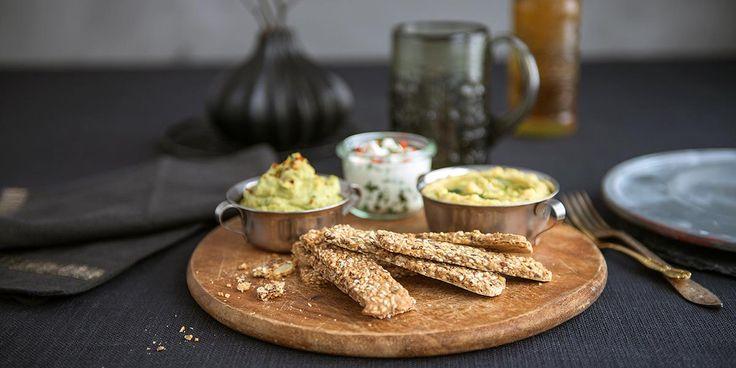 Kjeks og dipp med fetaost, hummus eller bønnekrem er perfekt festmat. Oppskrift på 3 deilige dipper.