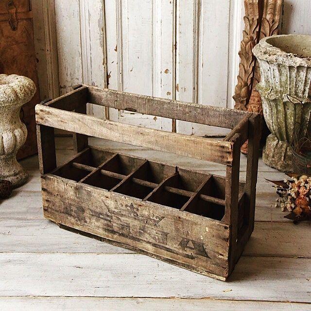 女性で、のアンティーク雑貨/雑貨/ブロカント/古い木箱/アンティーク木箱/アンティーク箱…などについてのインテリア実例を紹介。「仕切りのついた古い木箱。いまの季節だと、傘立てにも良いかもしれませんね^ ^ 掠れたステンシルが絶妙で男前な一品です☆」(この写真は 2016-07-06 11:06:53 に共有されました)