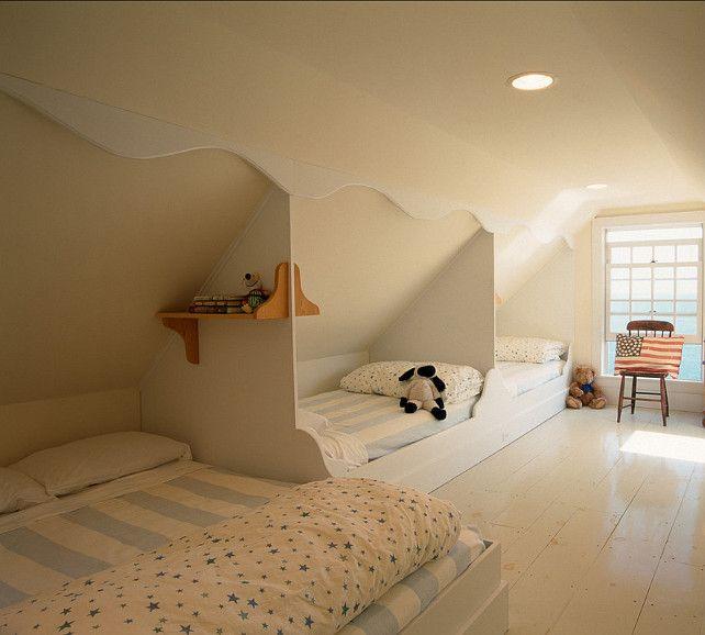 Hay es el desván. En el desván es camas, la alfombra, y la silla. Es el desván convertido en un extra la habitación. Es buen y bonito uso de los pequeños espacio.