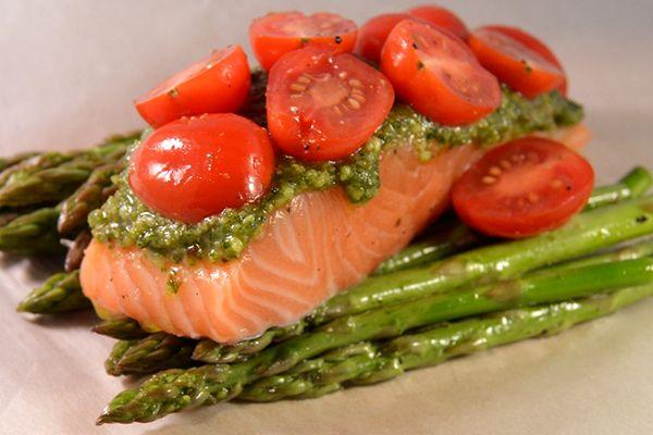 Simpel maar zo lekker! Zalmpakketje met pesto en groene asperges. #zalm #pesto #recepten