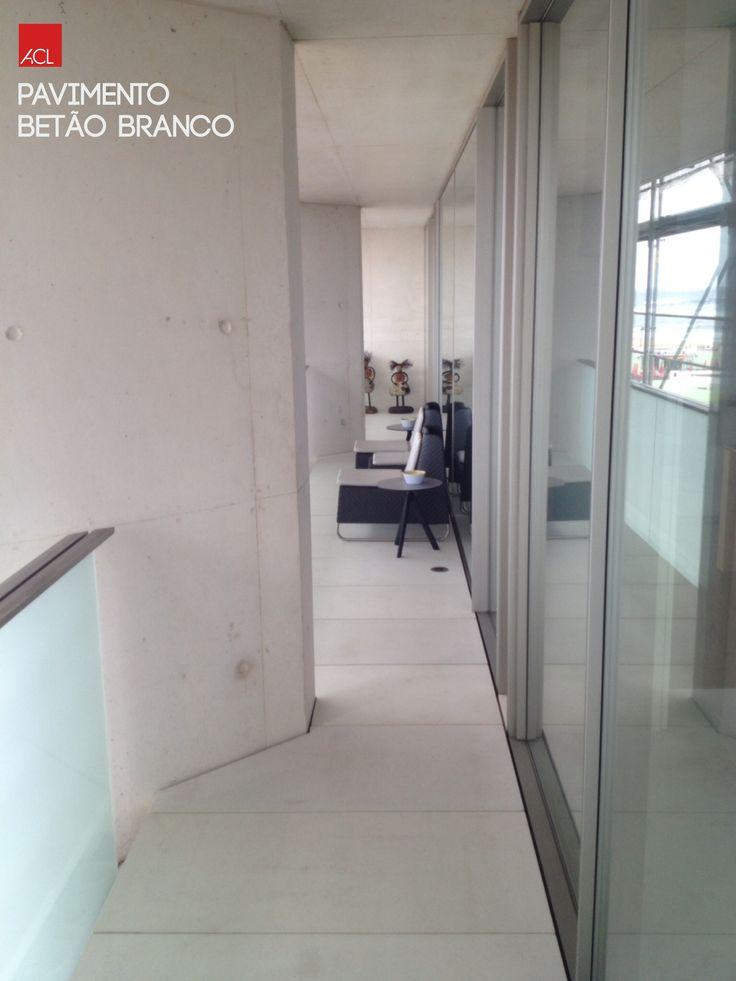 Pavimento de Betão Branco  -- White Concrete Flooring   #acl #acimenteiradolouro #aclouro #cimenteira #obrarealizada #pavimentodebetão #betão #arquitectura #workdone #concreteflooring #concrete #architecture #architektur